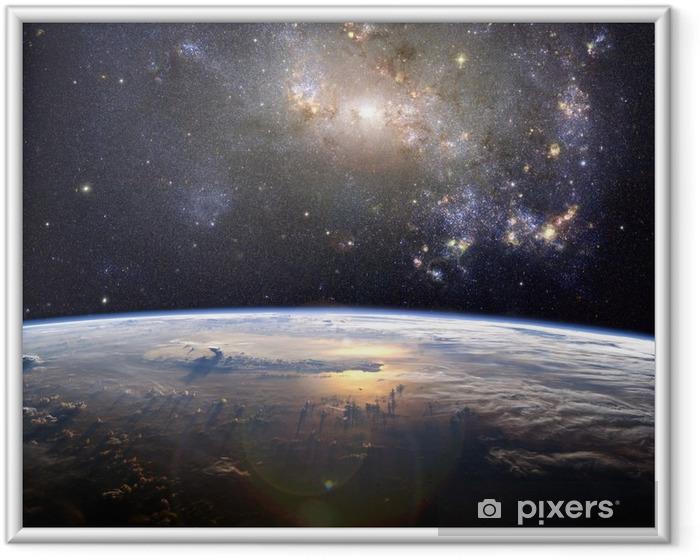 En smuk nebula (uregelmæssig galakse, NGC 4449) over jorden Indrammet plakat -