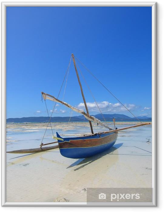 Póster Enmarcado Detalle de un pescador barco pone en una playa, Nosy Iranja - Temas