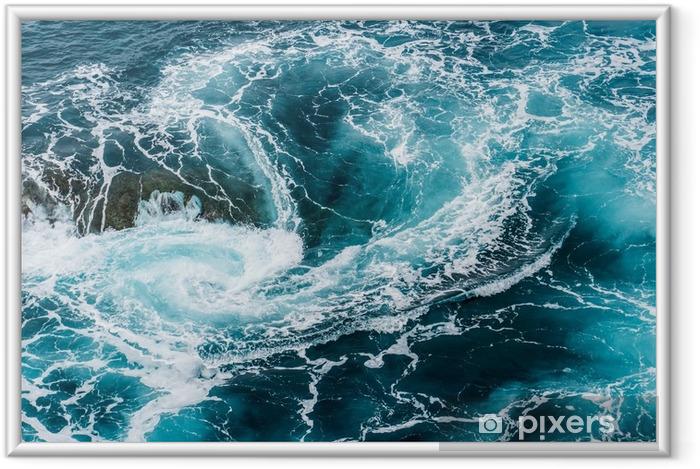 Póster com Moldura Ondas de água espumosa vertiginosas, rodopiantes no oceano fotografado de cima - Paisagens