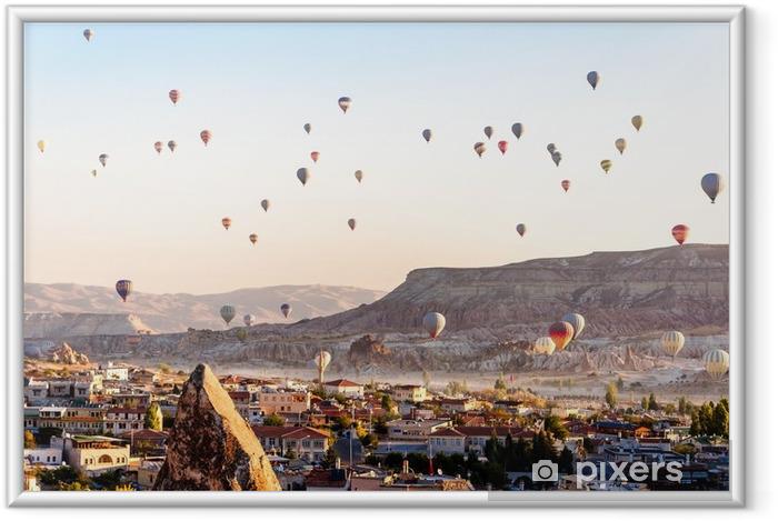Çerçeveli Poster Kapadokya'da vadiler üzerinde uçan sıcak hava balonu - Seyahat