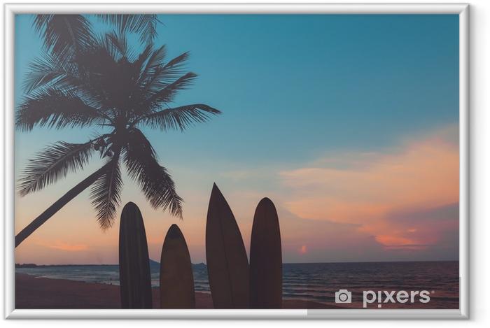Plakat w ramie Sylwetka deska surfingowa na tropikalnej plaży o zachodzie słońca w lecie. krajobraz lato plaża i palmy o zachodzie słońca. vintage odcień koloru - Sport
