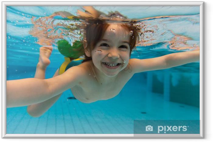 Póster Enmarcado La niña sonríe, nadando bajo el agua en la piscina - Vacaciones