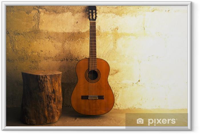 Ingelijste Poster Akoestische gitaar op oude muur - copyspace - Thema's