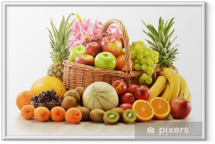 Plakat w ramie Skład z bukietem owoców w wiklinowym koszu - Owoce