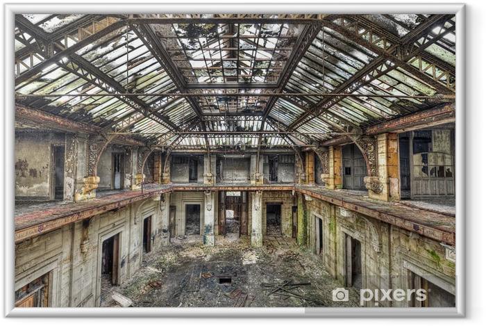 Ingelijste Poster Mooi glazen dak binnen in de hal van een verlaten centrale off - Industriële en Commerciële Gebouwen