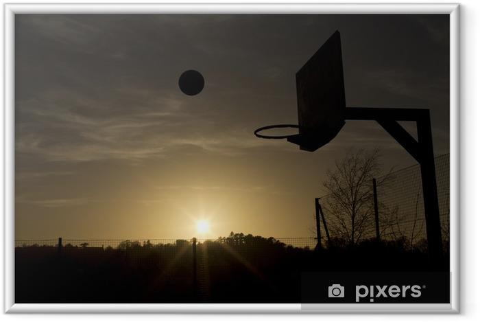 Plakat w ramie Sylwetka koszykówki w powietrzu podczas zachodu słońca - Koszykówka