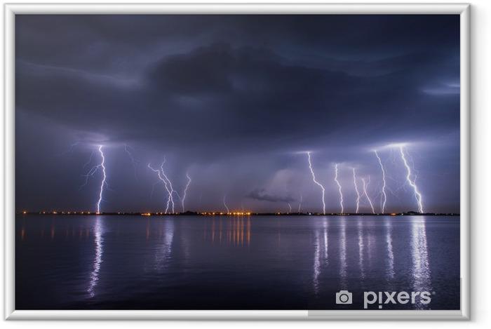 Plakat w ramie Burza i błyskawice w nocy nad jeziorem z reflaction - Klęski żywiołowe