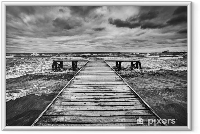 Póster Enmarcado Viejo muelle de madera durante la tormenta en el mar. cielo dramático -