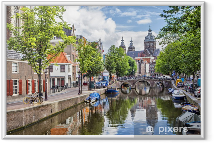 Canal and St. Nicolas Church i Amsterdam Indrammet plakat -