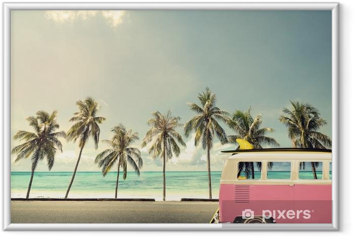Ingelijste Poster Oldtimer op het strand met een surfplank - Hobby's en Vrije tijd