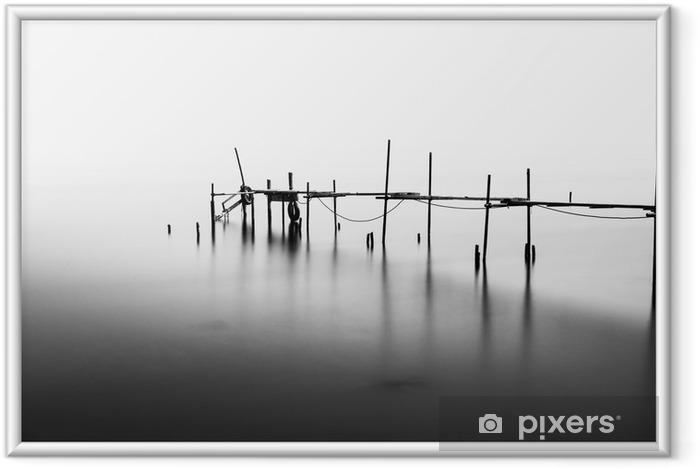 Ingelijste Poster Een lange blootstelling van een verwoeste pier in het midden van de Sea.Processed in B - Landschappen