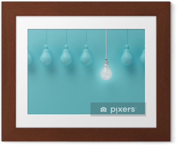 Plakat w ramie Wiszące żarówki świecące jeden inny pomysł na jasnoniebieskim tle, minimalne pojęcie idei, płaskiej nieprofesjonalnych, górnym - Biznes