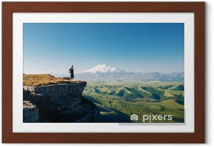 Poster en cadre Traveler regardant à la montagne Elbrus - Passe-temps et loisirs