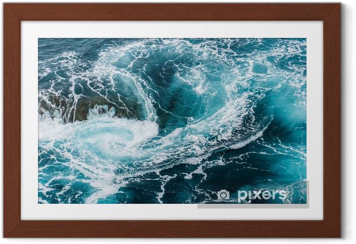 Plakat w ramie Zawrotne, wirujące spienione fale wody w oceanie sfotografowane z góry - Krajobrazy