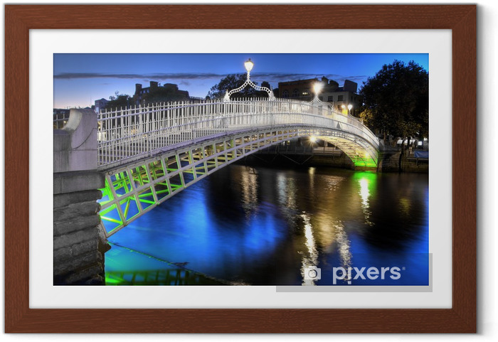 Plakat w ramie Ha'penny Bridge w Dublinie, w Irlandii, w nocy - Infrastruktura