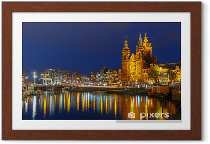 Night city view of Amsterdam canal and Basilica of Saint Nichola Indrammet plakat - Europæiske Byer