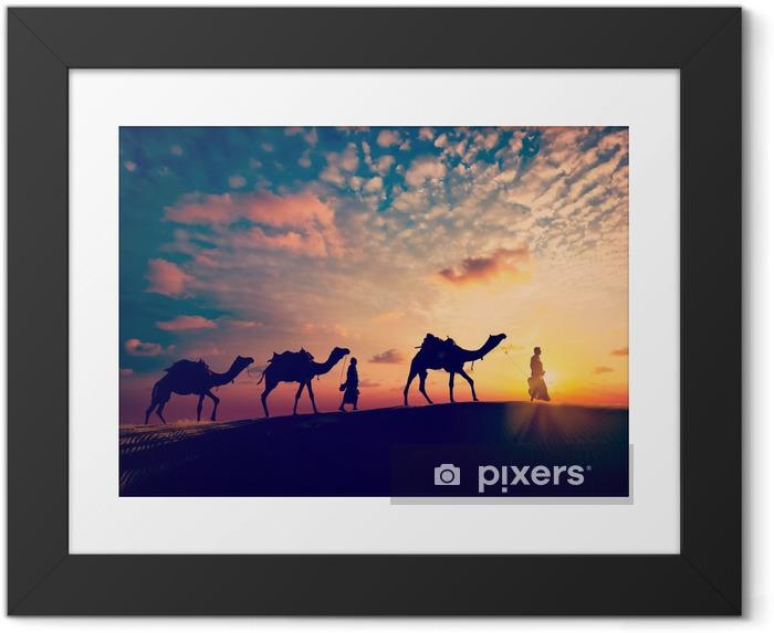 Gerahmtes Poster Zwei Kameltreiber (Kameltreiber) mit Kamelen in den Dünen der Wüste - Sport