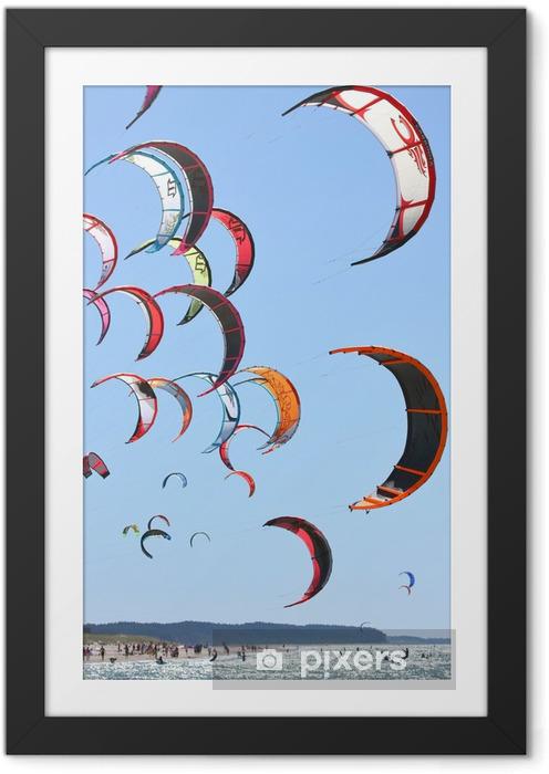 Ingelijste Poster Kiteboarding vliegers in de lucht - Watersporten