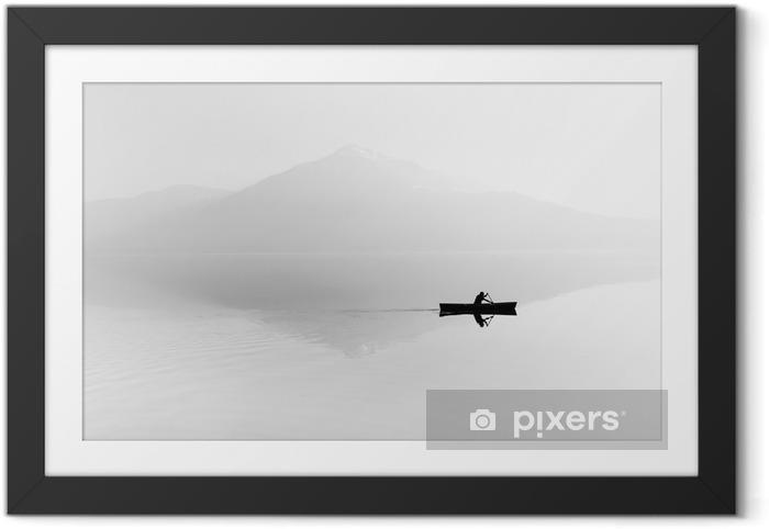 Plakát v rámu Mlha nad jezerem. Silueta horami v pozadí. Muž plave v člunu s pádlem. Černý a bílý - Koníčky a volný čas