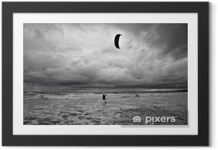Plakat w ramie Kitesurfer dostaje w wodzie podczas burzy. - Sporty wodne