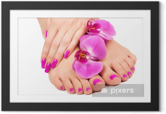 Ingelijste Poster Roze manicure en pedicure met een orchidee bloem. geïsoleerd - Bestemmingen