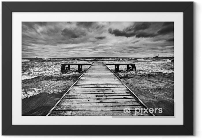 Ingelijste Poster Oude houten steiger tijdens storm op zee. Dramatische hemel -