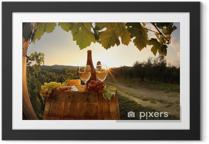Plakat w ramie Białe wino z winnicy, w Barell Chianti, Toskania, Włochy - Pory roku