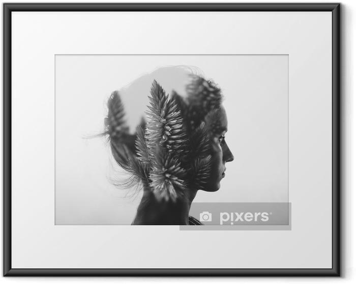 Plakát v rámu Creative dvojitá expozice s portrétem mladé dívky a květinami, monochromatický - Lidé