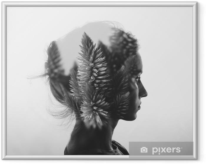 Lámina Enmarcada Doble exposición creativa con el retrato de la muchacha joven y flores, blanco y negro - Gente