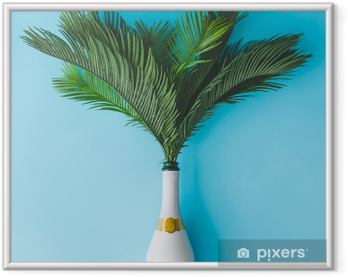 Obrazek w ramie Butelka szampana z tropikalnych zielonych liści palmowych na pastelowym niebieskim tle. koncepcja lato wakacje z creative copy space. letnie tropikalne uroczystości party płaskie lay. - Styl życia
