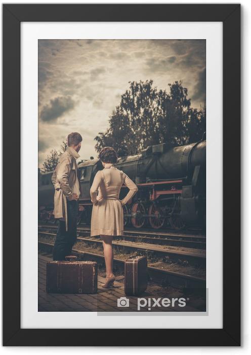 Obrazek w ramie Piękna para z walizkami na stacji kolejowej - Tematy