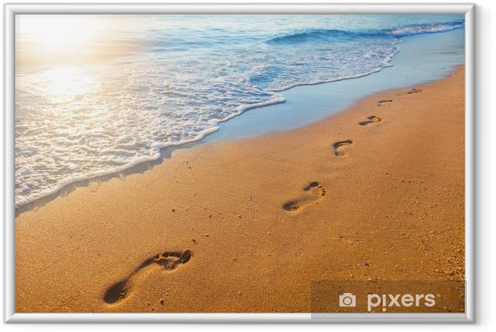 Image encadrée Plage, vague et empreintes de pas au moment du coucher du soleil - Paysages
