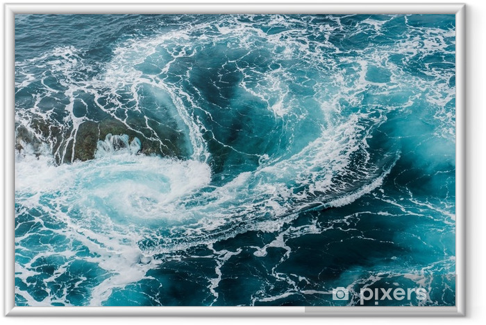Ingelijste Afbeelding Duizelingwekkende, wervelende schuimende watergolven in de oceaan van bovenaf gefotografeerd - Landschappen