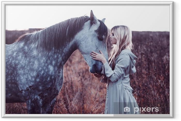 Kauneus blondie hevosella kentällä, vaikutusta värjäämiseen Kehystetty kuva - Elämäntavat