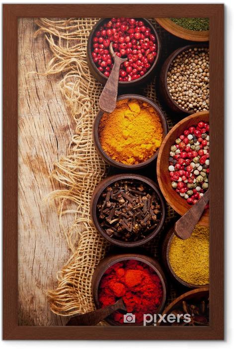 Poster en cadre Différents types d'épices dans des bols en bois - Thèmes