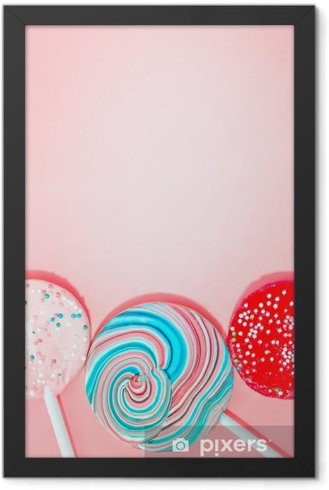 Plakat w ramie Różowe tło z kolorowymi Cukierki - Jedzenie