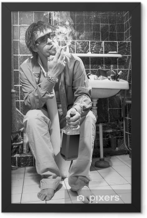 Plakat w ramie Pijany mężczyzna siedzi w toalecie z butelki alkoholu - Nałogi