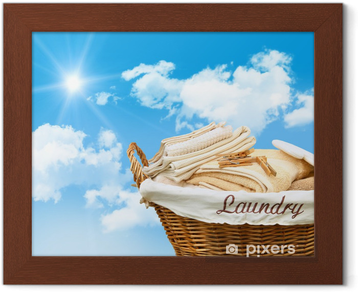 Poster in Cornice Cestino di lavanderia con asciugamani - Casa e Giardino