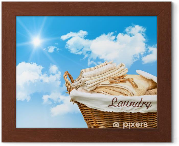 Poster en cadre Panier à linge avec des serviettes - Maisons et jardins