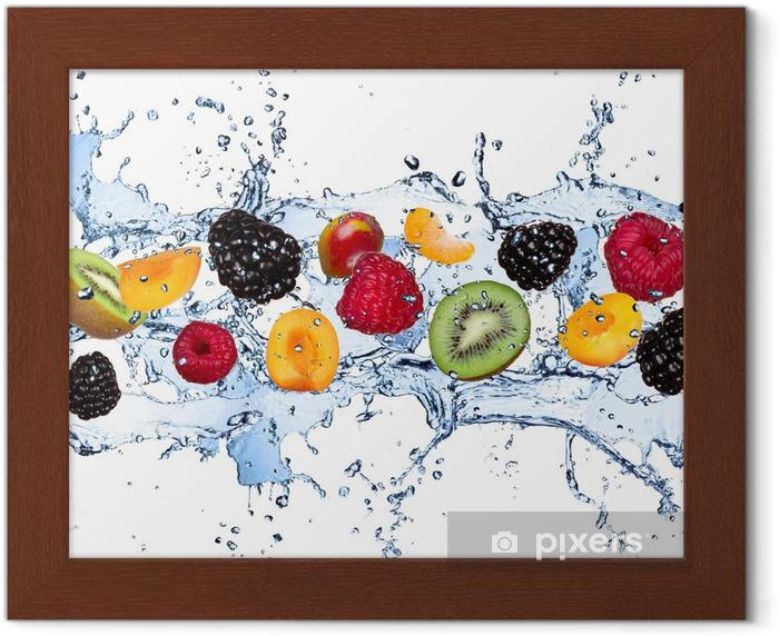 Plakat w ramie Świeże owoce w plusk wody, na białym tle - Maliny