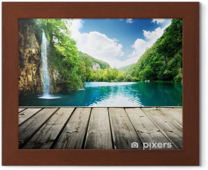 Poster in Cornice Cascata nel profondo della foresta di Croazia e il molo di legno - Temi