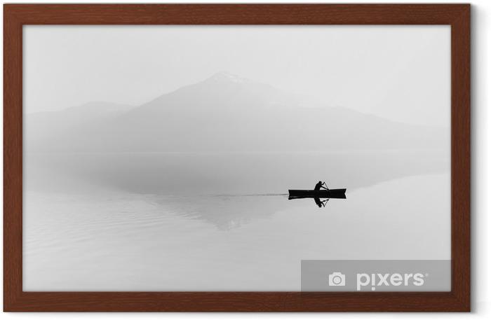 Poster in Cornice Nebbia sul lago. Silhouette di montagne sullo sfondo. L'uomo galleggia in una barca con una pagaia. Bianco e nero - Hobby e Tempo Libero