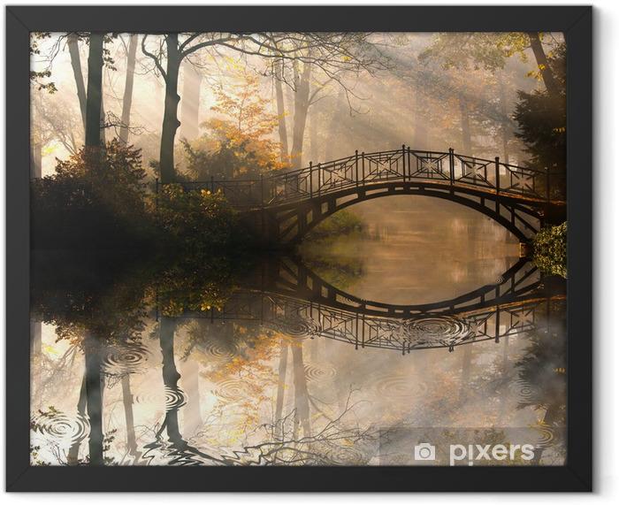 Plakat w ramie Jesień - Stary most w parku jesienią misty -