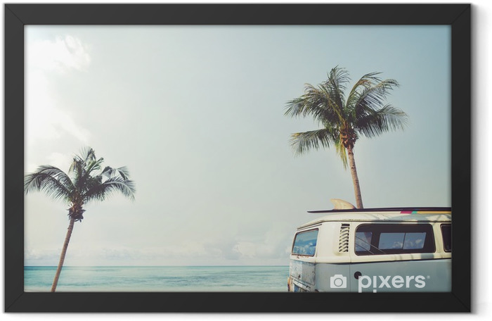 Plakat w ramie Vintage samochód zaparkowany na tropikalnej plaży (morze) z deski surfingowej na dachu - wycieczce w lecie - Hobby i rozrywka