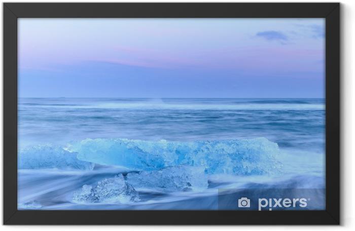Plakat w ramie Góry lodowe w Crystal czarnej plaży w Islandii - Krajobrazy