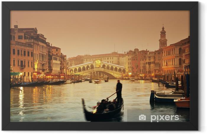 Plakat w ramie Most Rialto i gondole w mglisty jesienny wieczór w Wenecji. - Tematy