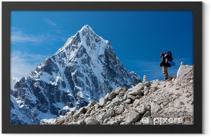 Poster en cadre Randonneur en montagne - route de l'Everest camp de base - Thèmes