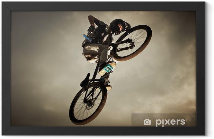 Plakat w ramie Młody człowiek latający na rower: jump Dirt - Kolarstwo