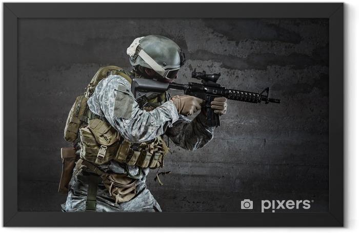 Plakat w ramie Żołnierz z maski mające karabin - Militaria