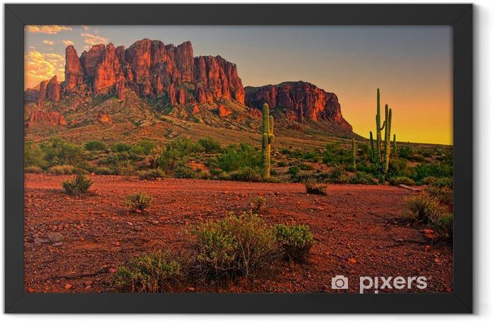 Poster en cadre Coucher de soleil dans le désert avec une vue sur la montagne - Désert